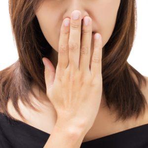 Puede la alimentación influir en mal olor en la boca o Halitosis (Mal Aliento)
